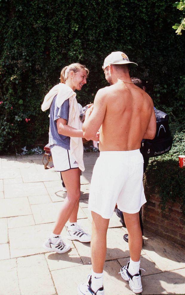 Steffi Graf et Andre Agassi à l'entrainement à Wimbledon en juillet 1999, deux mois avant la révélation de leur idylle...