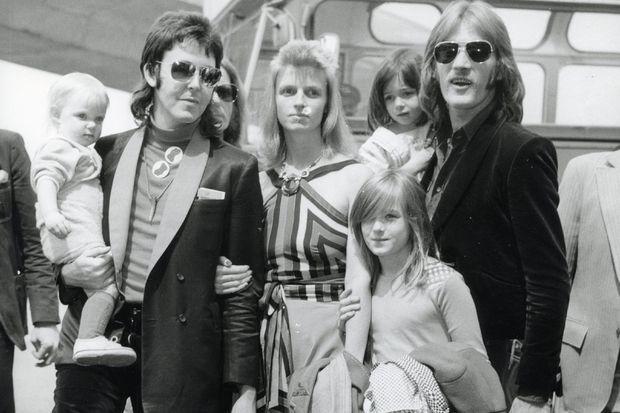 Stella McCartney dans les bras de son père, avec sa mère Linda, en 1973.