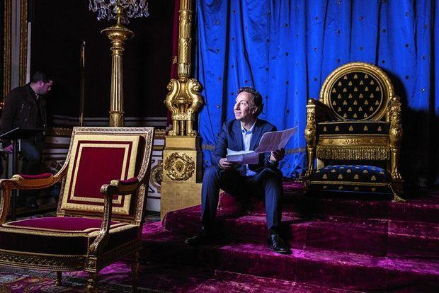 Stéphane Bern révise ses notes dans la salle du trône de Napoléon Ier.
