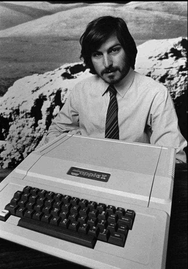En 1977, Steve Jobs présente son Apple II, premier ordinateur fabriqué en série.