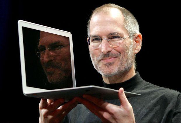 Steve Jobs présente son MacBook Air, en janvier 2008.