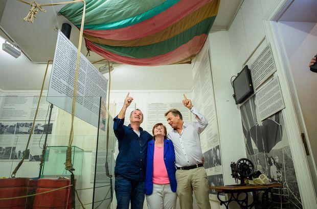 Doris Strelzyk entourée de ses fils Frank et Andreas (à g.) devant la nacelle et une partie du ballon original au Musée du Mur de Berlin, à Berlin le 12 septembre 2019, à l'occasion du 40e anniversaire de leur évasion. Peter, le père, est décédé en 2017.