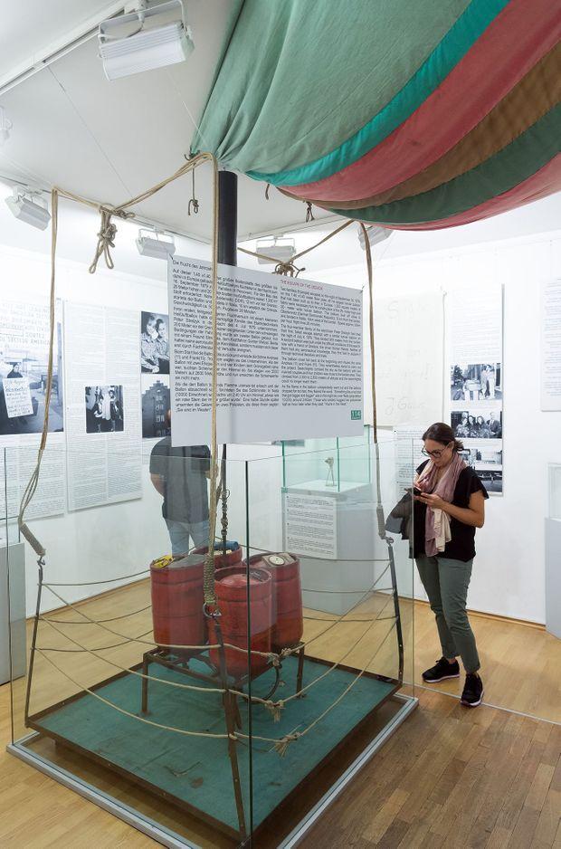 La nacelle et une partie du ballon ayant permis la fuite des familles Strelzyk et Wetzel le 16 septembre 1979, au Musée du Mur de Berlin, à Berlin en septembre 2019.