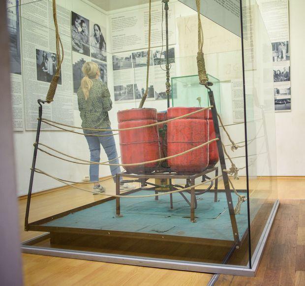 La nacelle et les bouteilles de gaz du ballon ayant permi la fuite des familles Strelzyk et Wetzel le 16 septembre 1979, au Musée du Mur de Berlin, à Berlin le 12 septembre 2019.