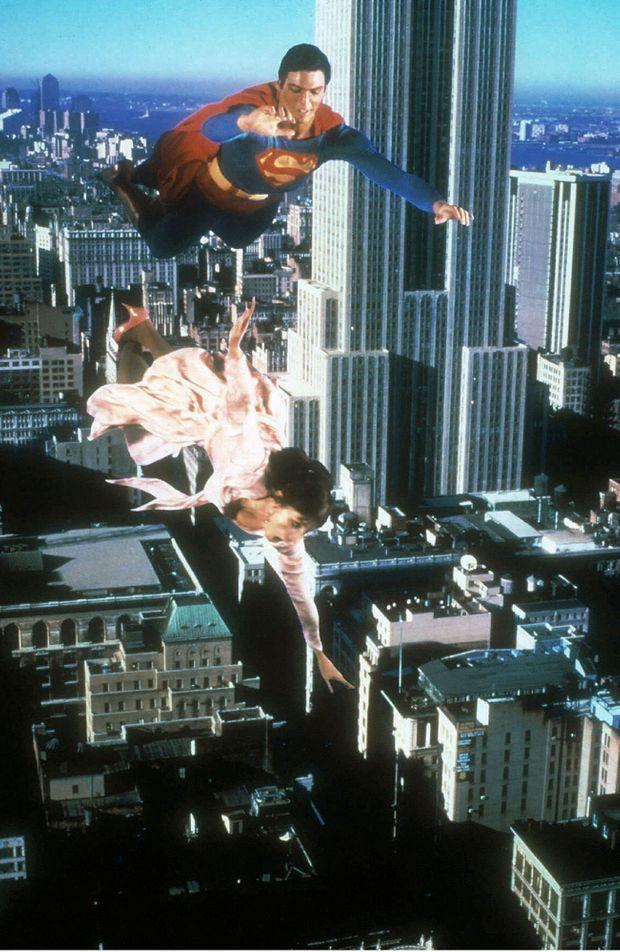 « Le film comporte 420 effets spéciaux (40 de plus que pour « La Guerre des Etoiles ») dont une collection de catastrophes à couper le souffle. Mais pour l'expert anglais Colin Chilvers, 33 ans, le plus difficile a été de faire voler Superman. Il a trouvé un angle de prise de vue qui escamotait le harnais auquel l'acteur Christopher Reeve était suspendu et choisi des fils de nylon qui étaient invisibles « Reeve évoluait à 6 mètres du sol, dit Chilvers. S'il était tombé, cela aurait été la fin du film, il n'y avait pas de Superman de rechange. » Impossible de deviner un seul des trucages » - Paris Match n°1549, 2 février 1979.