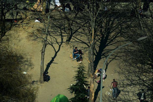 Sur cette colline pelée, l'herbe ne pousse plus. Un couple se drogue dans un coin. D'autres ont planté une tente. Un toxicomane attend, perdu. Pour éviter la prolifération des rats et des maladies, les éboueurs évacuent 7 tonnes de déchets sous protection policière une fois par semaine