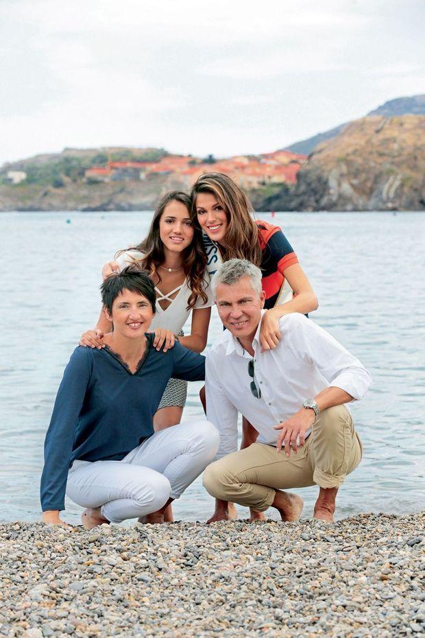 Sur la plage de Collioure, avec Yves, son père, Manon, sa demi-sœur de 15 ans, et Stéphanie, sa belle-mère.