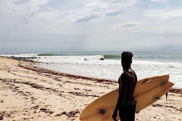 Sur la plage de Robertsport, les surfeurs se partagent quelques planches.