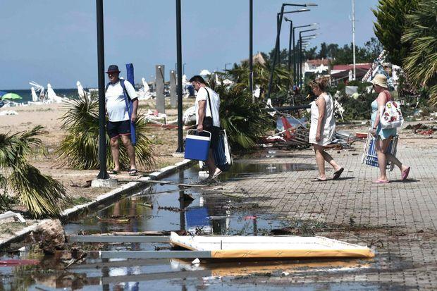 Sur la promenade de Nea Plagia (péninsule de Chalcidique, Grèce), le 12 juillet, après la tempête qui a fait sept morts dont deux enfants
