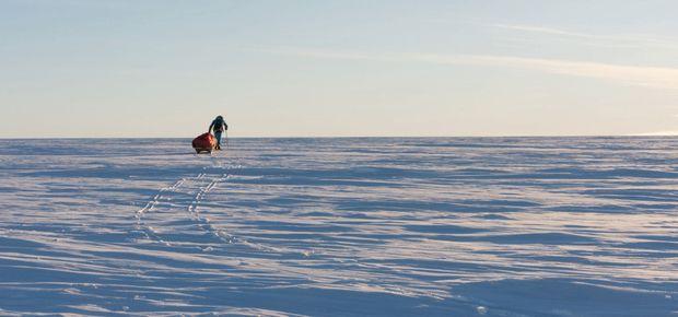 Sur le désert de la banquise, Mike tire 210 kilos de matériel. Il n'a pas encore atteint la terre de l'Antarctique proprement dite