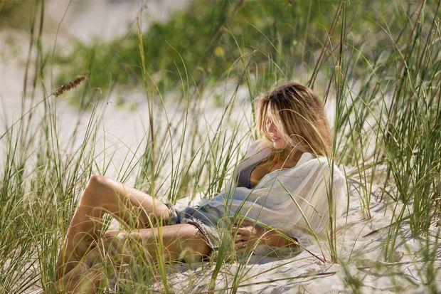 Sur le sable rose de Harbour Island, là où elle a bâti sa légende.
