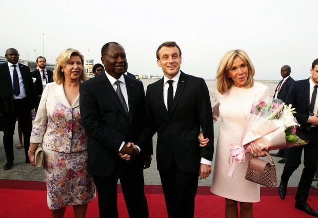 Sur le tarmac, Alassane Ouattara, le président de la République ivoirienne, et son épouse, Dominique, accueillent le couple Macron pour leur visite de trois jours.