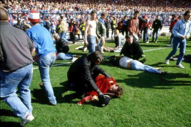Sur le terrain, les blessés qui ont réussi à s'extirper des tribunes. Au total, 96 personnes ont perdu la vie ce 15 avril 1989.