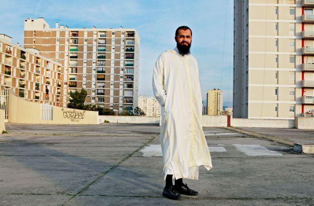 Sur le toit de sa mosquée, l'imam Smaïn, 34 ans, né à Marseille, d'origine algérienne.
