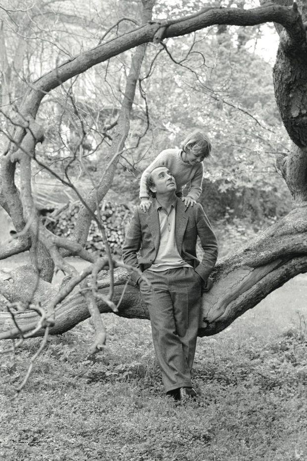Sur les épaules de Claude et… la branche de leur arbre fétiche, dans le Vexin, en 1979.