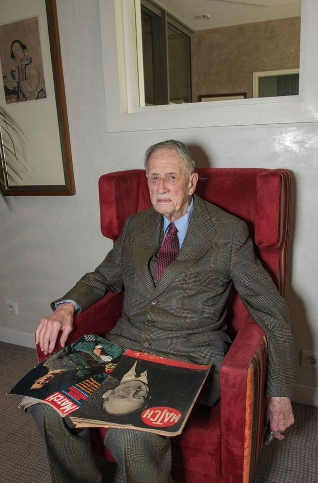 Sur ses genoux, un numéro de l'ancêtre de notre magazine, daté de mars 1940, et un Paris Match de novembre 1971, un an après la mort du général.