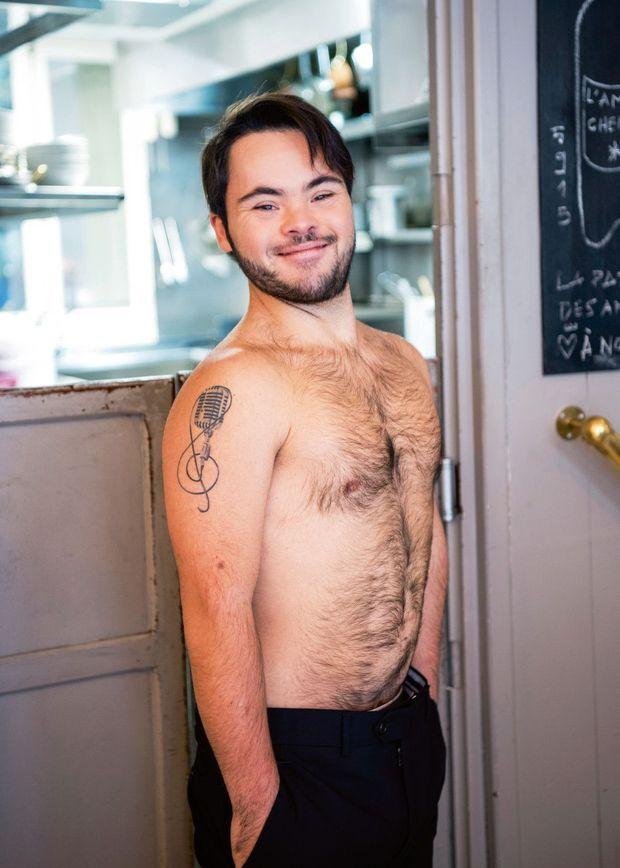Sur son épaule, un tatouage porte-bonheur: l'acteur rêve de devenir chanteur.
