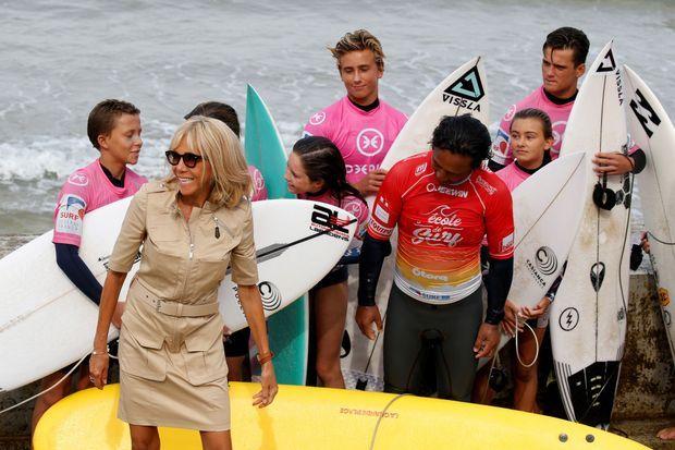 Brigitte Macron a assisté, depuis la plage de Biarritz, à des démonstrations de surf.