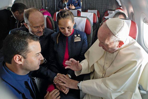 Surprise et euphorie dans l'avion : François célèbre un mariage religieux entre une hôtesse et un steward de la compagnie aérienne Latam lors du vol Santiago-Iquique, le 18 janvier.
