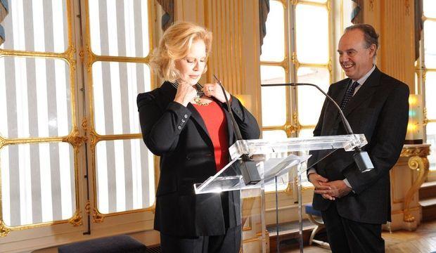 Sylvie Vartan faite Commandeur de l'ordre des Arts et Lettres-