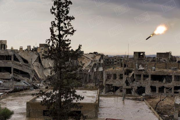 Syrie, 2015, un missile incendiaire embrase les décombres. L'artillerie au cœur de la ville. Située dans l'est de la capitale, Jobar est une enclave rebelle depuis février 2013. Des civils y vivent toujours. Le 25 octobre 2015, l'armée, fidèle à Bachar El-Assad, lance un missile sol-air sur des immeubles déjà en ruine. Deux cents mètres seulement séparent les loyalistes des islamistes du Front Al-Nosra.