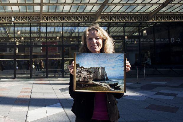 Dimanche 9 mars, Sylvie Tafani pose devant le musée d'Orsay avec une reproduction du chef-d'oeuvre de Courbet « La falaise d'Etretat », dont elle demande la restitution.