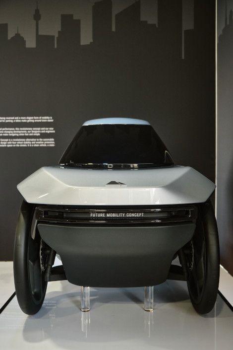 Taillé au gabarit Renault Twizy (2,34 x 1,23 m, 450 kg), mais en beaucoup moins large et dix fois plus léger