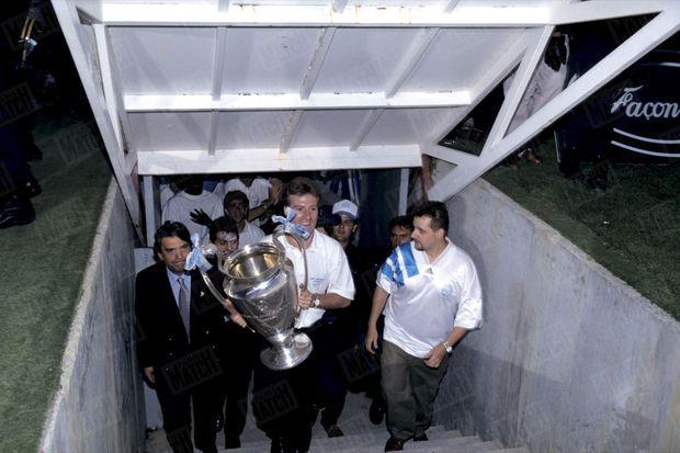 Au lendemain de la victoire, le 27 mai 1993, Bernard Tapie et les joueurs de l'O.M. présentent la Coupe d'Europe au Stade Vélodrome de Marseille.