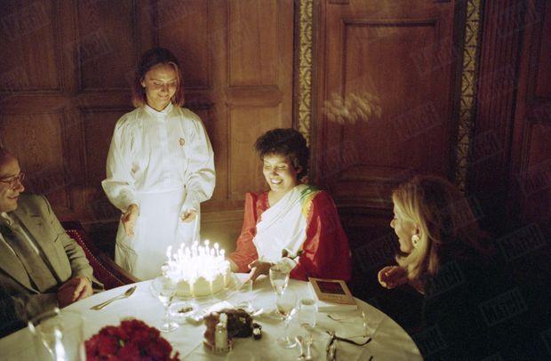 «Elle fête ses 32 ans dans la clandestinité : Entre le directeur du Penn Club suédois, Gabriel Gleichmann, et son éditrice frunçaise, Christiane Besse, Taslima commence, dans un restaurant de Stockholm, sa nouvelle vie.» - Paris Match n°2362, 1er septembre 1994
