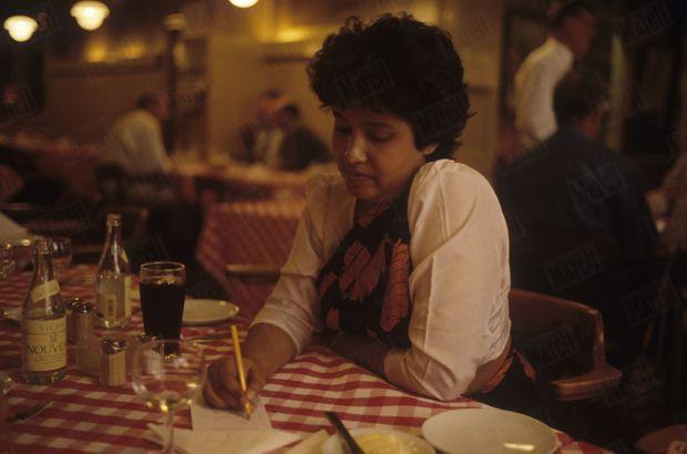 «Dans un restaurant de Stockholm, Taslima dessine ses cauchemars : les serpents dont les mollahs la menaçaient.» - Paris Match n°2362, 1er septembre 1994
