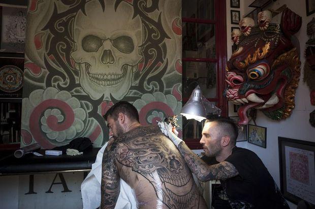 Le tatoueur P'ink chez Inkadelic, dans la vieille ville d'Ibiza.
