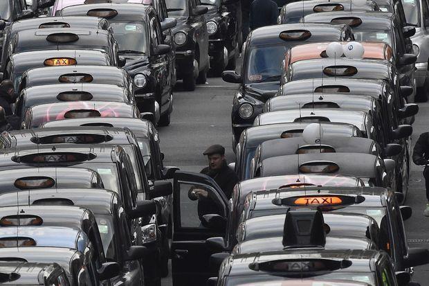 Des taxis londoniens défilent contre Uber en février 2016.