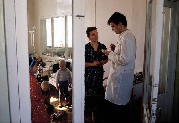 « La chimiothérapie a fait tomber les cheveux de ces enfants cancéreux, faute de chambre stérile, leurs chances de guérison sont minimes. L'hôpital, qui n'a pas assez de personnel, doit accepter l'aide de la famille. » - Paris Match n°2137, 10 mai 1990