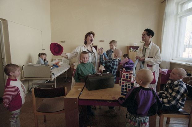 """« C'est par le rire que les enfants irradiés sont soignés dans les hôpitaux de Minsk, par Dogo et Niouschka. Dogo affirme : """"Je vais faire des piqûres ballons"""". Et Niouschka clame: """"Attention à ne pas rire, sinon le taux d'hémoglobine va monter!"""" A l'hôpital de Minsk, le numéro de clowns des """"docteurs rêve"""" distrait les enfants gravement touchés, que le traitement a rendus chauves. » - Paris Match n°2449, 2 mai 1996"""