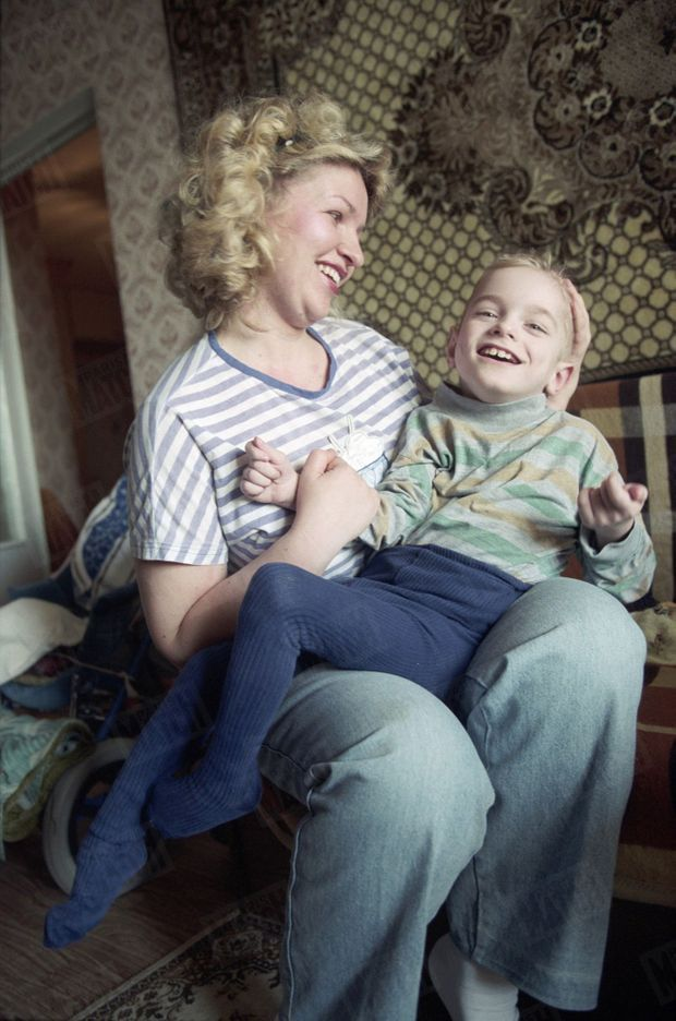 """« Lilia serre son fils contre elle : """"il sait rire et pleurer. Il n'est pas qu'une poupée désarticulée"""". » - Paris Match n°2449, 2 mai 1996"""