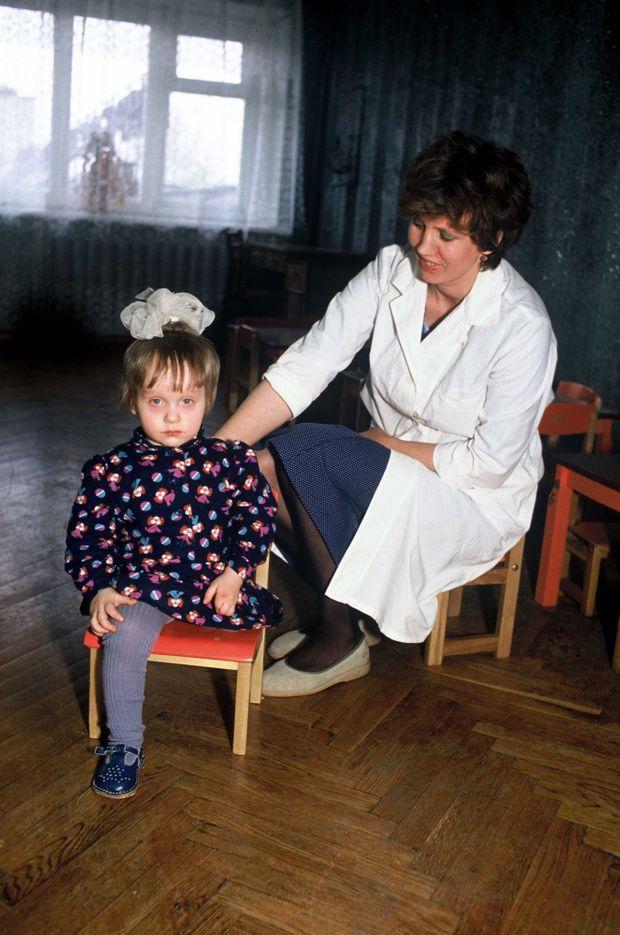 « Katia Starovoitova, née en février 1988 sans jambe gauche, a aussi une main malformée. » - Paris Match n°2137, 10 mai 1990