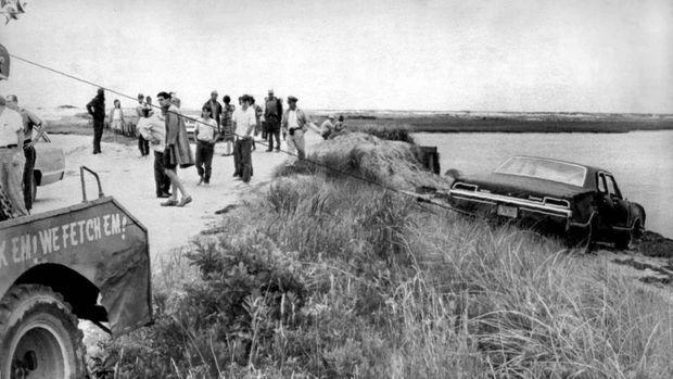 La voiture Oldsmobile accidentée de Ted Kennedy, repêchée le 19 juillet 1969.