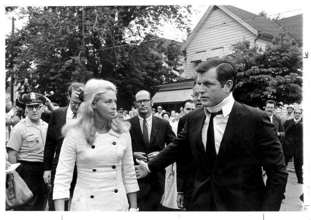 Ted Kennedy et son épouse Joan aux obsèques de Mary Jo Kopechne, le 25 juillet 1969.