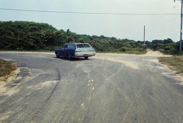 Le virage de Chappaquiddick Road, donnant sur Dike Road, en août 1969.
