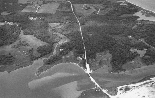 Dike Road, sur l'ile de Chappaquiddick, vue du ciel en juillet 1989.