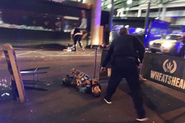 Un des terroristes gisant au sol après avoir été tué.