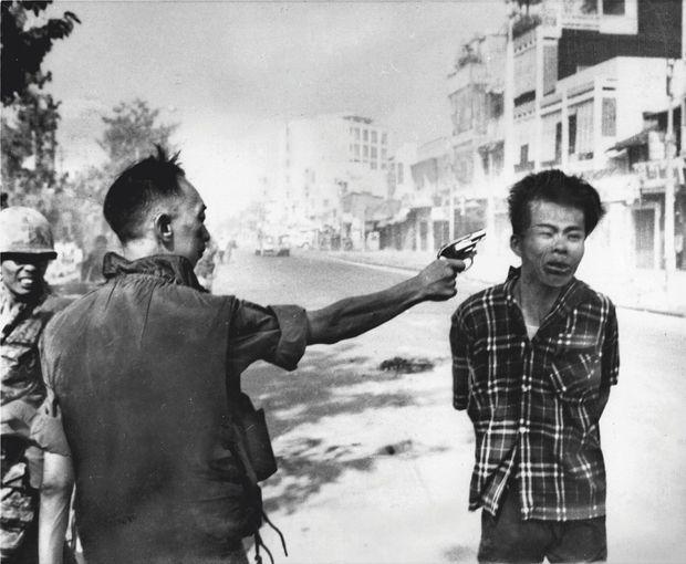 Le 1er février 1968, des soldats sud-vietnamiens capturent un communiste à Saigon. Quelques secondes plus tard, Nguyen Van Lem, 36 ans, est exécuté par le chef de la police locale. Publié en une du « New York Times », le cliché choc d'Eddie Adams, photographe pour AP, va contribuer à faire basculer l'opinion américaine. L'image remportera le prix Pulitzer et le concours du World Press Photo. On sait aujourd'hui que le Vietcong, victime d'une justice expéditive, avait massacré un policier et sa famille.