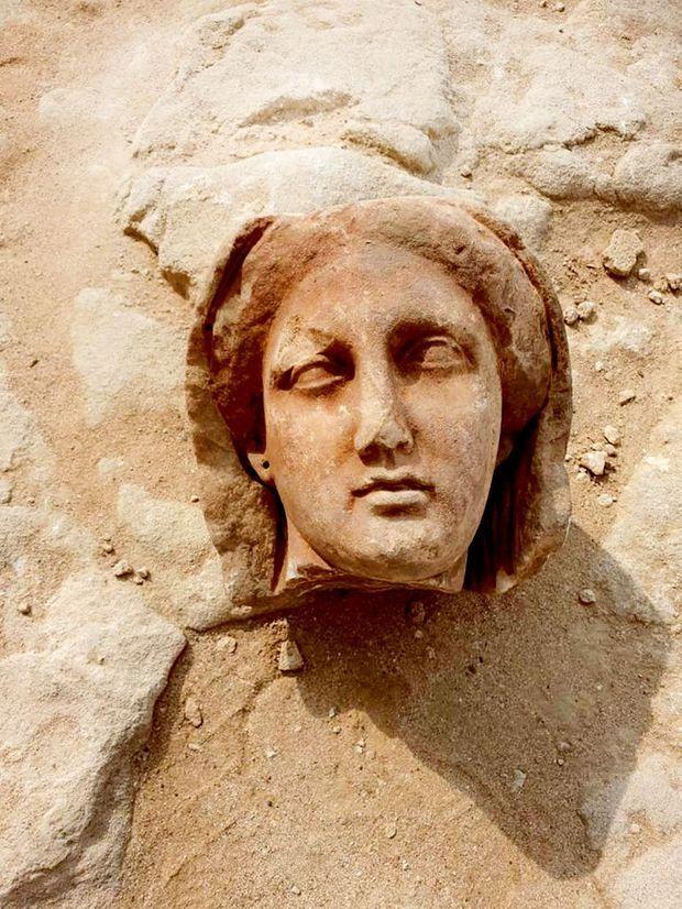Tête gréco-romaine de 2000 ans découverte début 2021, à l'air libre, aux abords du temple de Taposiris Magna.