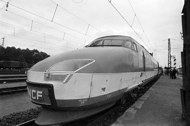 Le TGV à quai, avant des essais de vitesse sur la plus longue ligne droite du réseau ferré français, entre Lamothe et Morcenx sur la ligne Bordeaux-Hendaye, en novembre 1977.