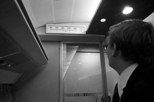 L'indicateur de vitesse, lors des essais du TGV sur la plus longue ligne droite du réseau ferré français, entre Lamothe et Morcenx sur la ligne Bordeaux-Hendaye, en novembre 1977.