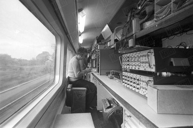 La voiture-bar du TGV a été transformée en laboratoire truffé d'instruments de mesure et de contrôle, lors d'essais de vitesse sur la plus longue ligne droite du réseau ferré français, entre Lamothe et Morcenx sur la ligne Bordeaux-Hendaye, en novembre 1977.
