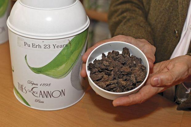 Un gros plan du puerh si recherché. Il existe six couleurs de thé, selon le degré de fermentation. Le thé vert n'est pas fermenté, le puerh a la plus haute fermentation.