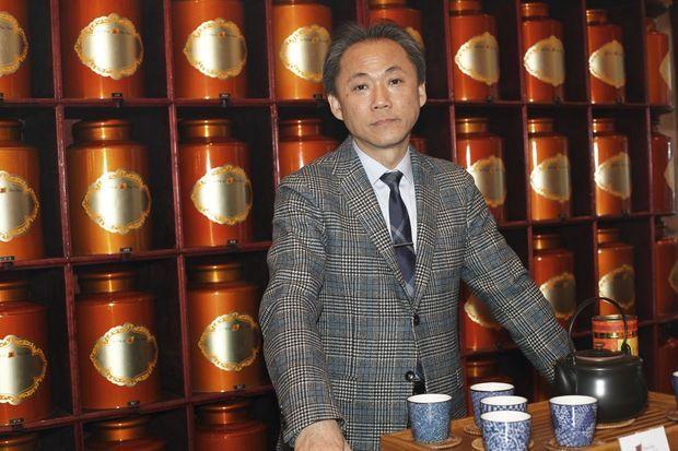 Vivien Messavant dans sa boutique Thés de Chine, bd Saint-Germain à Paris.