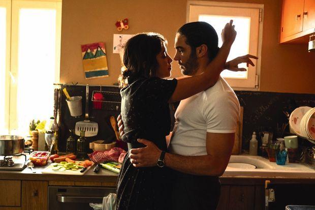 Dans « The Eddy » (2020), la série de Damien Chazelle, avec Leïla Bekhti, son épouse à l'écran et dans la vie.