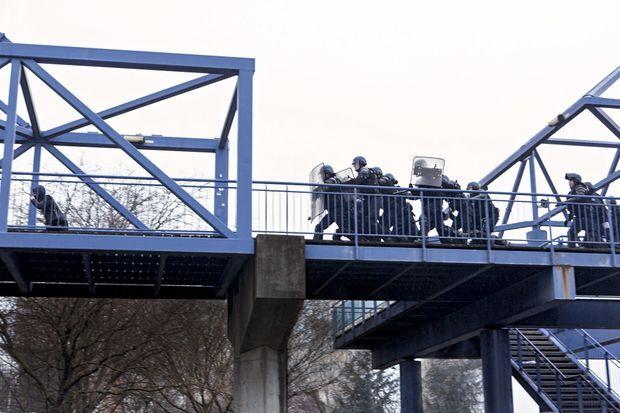 Face à des jeunes survoltés, des CRS protègent l'accès au tribunal de Bobigny, samedi 11 février vers 17 heures.